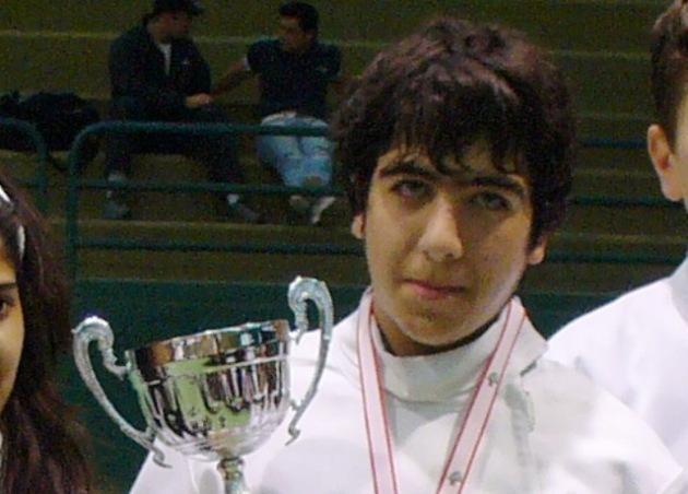 Wissam Daoud recevant la coupe du championnat du Liban hommes des moins de 20 ans