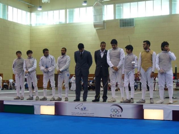 Les 2 équipes qui ont disputé la finale : à gauche l'équipe jordanienne, les 2 arbitres au milieu et à droite l'équipe du Koweit