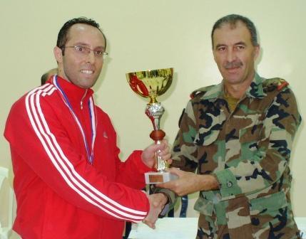 Fadi Tannous recevant la coupe pour sa première place au tournoi de l'indépendance 2009