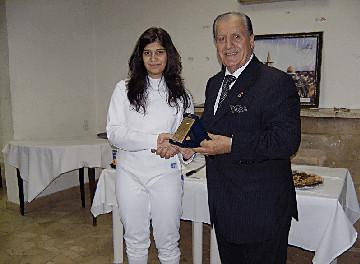 Rita Aboujaoudé recevant une médaille de Tony Khoury, membre de la Commission Olympique Libanaise
