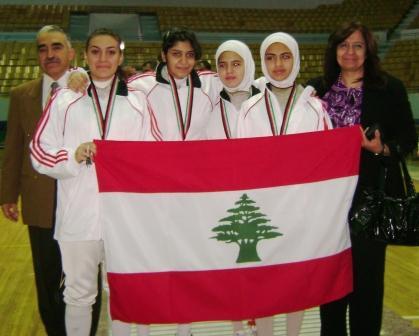 L'équipe féminine libanaise de fleuret entourée de M. et Mme Abou Jaoudé. Mabrouk !