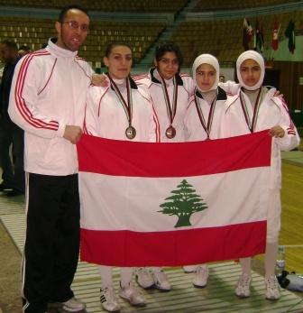 L'équipe féminine libanaise de fleuret avec leur entraineur Fadi Tannous