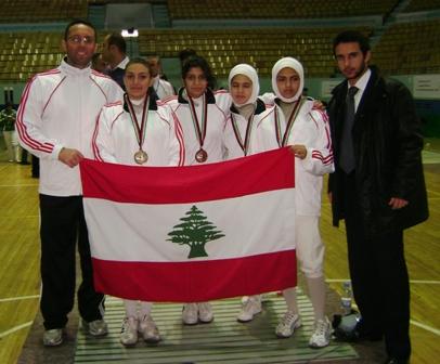 L'équipe libanaise féminine de fleuret entourée de Fadi Tannous et Imad Nahas