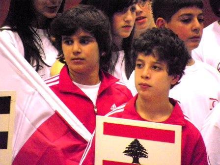 Rami Ghorra et Ramy Beydoun posant fièrement avec le drapeau lors du défié d'ouberture de l'International Child Cup - Kemer - Antalya - Turquie - avril 2010