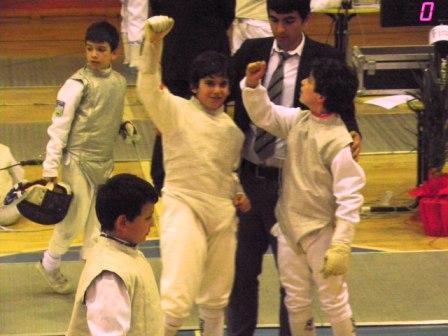 Rami Ghorra et Ramy Beydoun posant avec un des arbitres