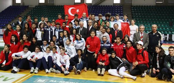 Les participants aux 8èmes Méditerranéens Championnats d'Escrime pour les Cadets et Juniors