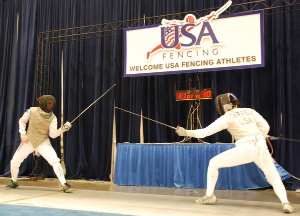 Mona Shaito (à gauche) remportant 15-12 la finale face à Sarah Taffel