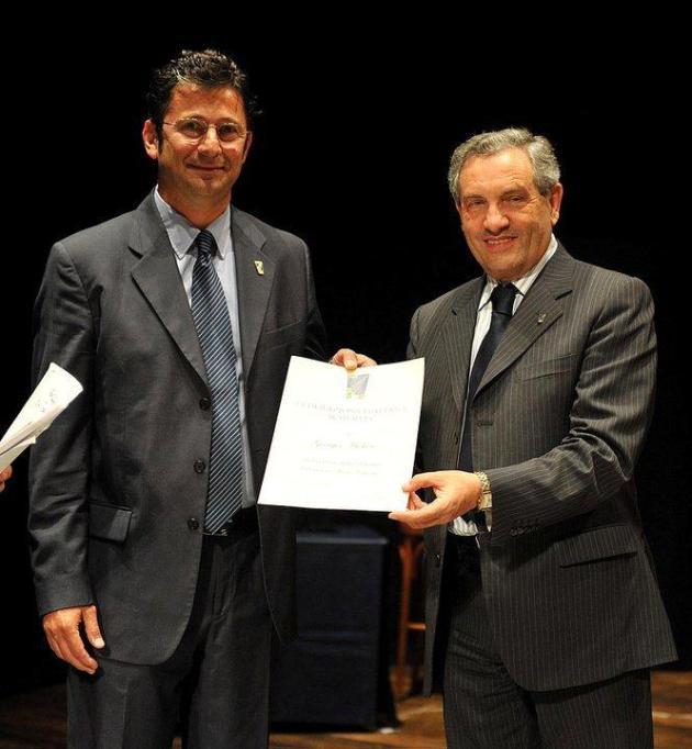 Georges Michon recevant son diplôme de M Giorgio Scarso, président de la fédération italienne d'escrime