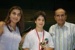 Ramy Beydoun, lauréat de la coupe Taadod U13, entouré de Mme Rida Mrad et de Maître Souhail Saad