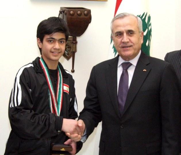 Anthony Chouéri recevant sa médaille de la part du président Michel Sleiman