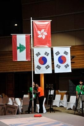 Le drapeau du Liban entre celui de Hong-Kong et celui de la Corée du sud
