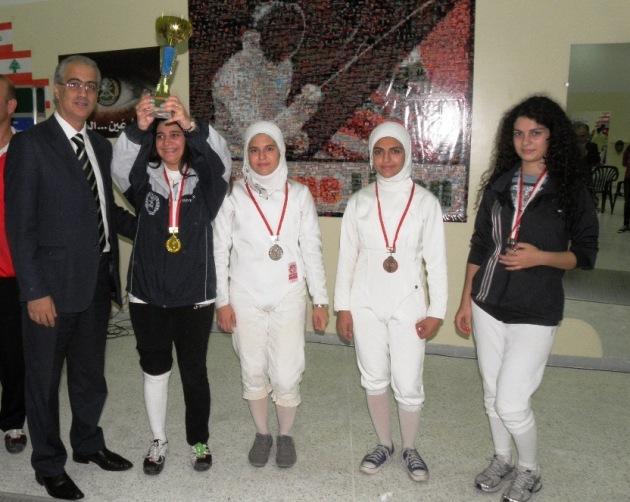 Podium femmes: Ziad Chouéri, Rita Aboujaoudé (or), Lama Anadani (argent), Rawan Anadani et Sandra Mouawad (bronze)