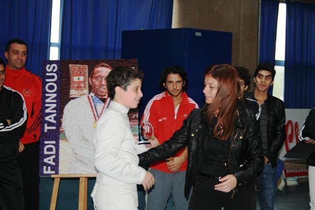 Rami Beydoun recevant son blason de Sonia Faddoul la fiancée de Fadi