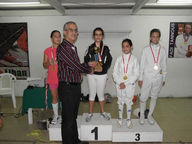 Podium du Championnat du Liban de Fleuret Féminin U14 - Marie-Joe Aboujaoudé (argent), Ziad Chouéri, Léa Khairallah (or),  Naï Salameh et Vika Haykal (bronze ex-aequo)
